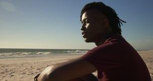 Mann, der auf dem Strand 4k sich entspannt stock video