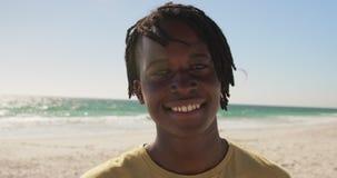 Mann, der auf dem Strand 4k steht stock video footage