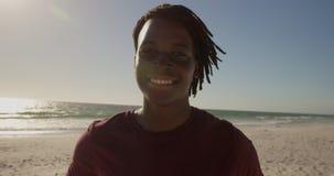 Mann, der auf dem Strand 4k steht stock video