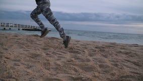 Mann, der auf dem Strand läuft stock footage