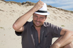 Mann, der auf dem Strand sich entspannt Lizenzfreie Stockbilder