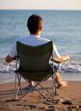 Mann, der auf dem Strand stillsteht Lizenzfreie Stockbilder