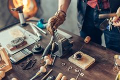 Mann, der auf dem Tisch erhitztes Metall setzt lizenzfreies stockbild