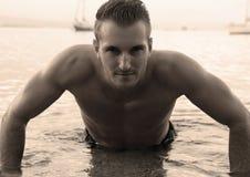 Mann, der auf dem Wasser liegt Stockfotos
