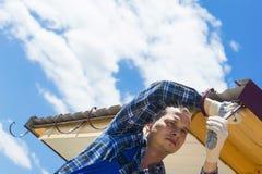 Mann, der auf der Dachreparatur tut stockfoto