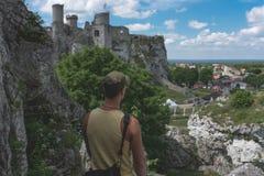 Mann, der auf der Kalksteinklippe steht Lizenzfreie Stockfotos