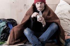 Mann, der auf der Straße lebt lizenzfreie stockfotos