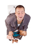 Mann, der auf der Toilette sitzt lizenzfreie stockbilder