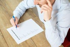 Mann, der auf die Jobzusammenfassungsanwendung antwortet Lizenzfreie Stockbilder