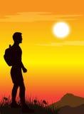 Mann, der auf die Oberseite des Berges steht Stockfotos