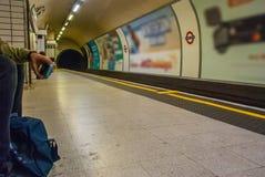 Mann, der auf die U-Bahn in der Leicester-Quadratstation wartet stockfoto