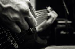 Mann, der auf E-Gitarre, Musikkonzept spielt lizenzfreie stockfotos