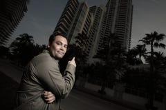 Mann, der auf ein Gebäude zeigt Lizenzfreie Stockfotos