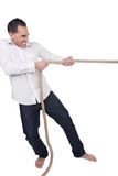 Mann, der auf ein Seil zieht Lizenzfreie Stockfotografie