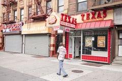 Mann, der auf eine Straße von Harlem geht Lizenzfreies Stockfoto
