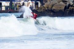 Mann, der auf eine Welle in Santa Cruz California surft stockfoto