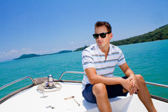 Mann, der auf einem Boot sich entspannt Stockfotos
