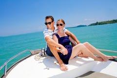 Mann, der auf einem Boot sich entspannt Lizenzfreie Stockfotos