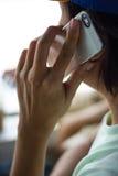 Mann, der auf einem Handy spricht Stockbild