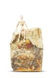 Mann, der auf einem hohen Felsen sitzt Stockfotos