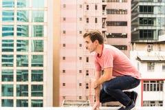 Mann, der auf einem Kragstein steht lizenzfreie stockfotografie