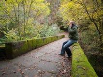 Mann, der auf einem Mobile in der Natur spricht Lizenzfreie Stockbilder