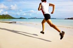 Mann, der auf einen tropischen Strand läuft Stockbilder