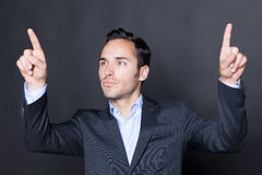 Mann, der auf einen virtuellen Schirm zeigt Stockfoto