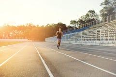 Mann, der auf einer laufenden Bahn läuft Stockbild