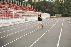 Mann, der auf einer laufenden Bahn läuft Stockfotografie