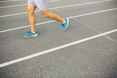 Mann, der auf einer laufenden Bahn läuft Stockbilder