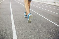 Mann, der auf einer laufenden Bahn läuft Lizenzfreie Stockbilder