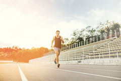 Mann, der auf einer laufenden Bahn läuft Lizenzfreie Stockfotos