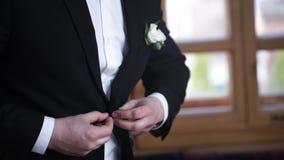 Mann, der auf einer schwarzen Jacke knöpft Hochzeitsdetails - wartet eleganter Bräutigam gekleidetes Heiratssmokingskostüm auf di stock video
