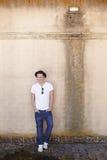 Mann, der auf einer strukturierten Wand lächelt stockfoto