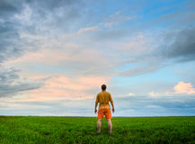 Mann, der auf Feld steht lizenzfreies stockbild