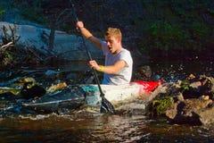 Mann, der auf Fluss kayaking ist Lizenzfreies Stockbild