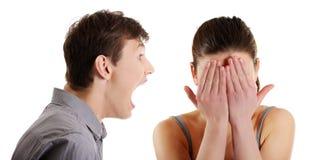 Mann, der auf Frau schreit Stockfotos