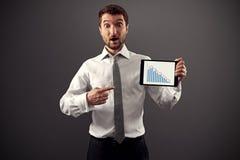 Mann, der auf Geschäftsdiagramm zeigt Stockbild