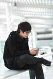 Mann, der auf Handy texting ist Lizenzfreies Stockfoto