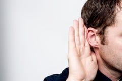 Mann, der auf Klatsch hört Lizenzfreie Stockfotografie