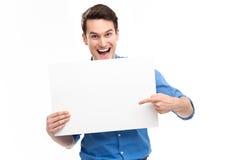 Mann, der auf leeres Plakat zeigt Stockbild