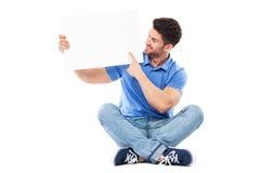Mann, der auf leeres Zeichen zeigt Lizenzfreie Stockfotografie