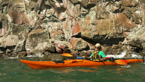 Mann, der auf Meer Kayak fährt stock footage