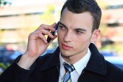 Mann, der auf Mobiltelefon spricht lizenzfreie stockfotografie