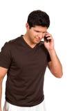 Mann, der auf Mobiltelefon spricht Stockbild