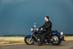 Mann, der auf Motorrad sitzt Stockfotografie