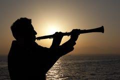Mann, der auf Oboe spielt Stockfoto