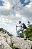Mann, der auf Pirin-Berg wandert Lizenzfreies Stockbild