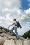 Mann, der auf Pirin-Berg wandert Stockbild